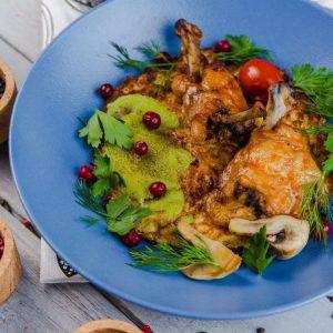 Драник картофельный с грибами по-строгановски и куриными крылышками