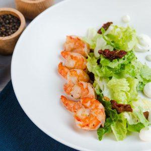 Микс салат с жаренными креветками и соусом понзу