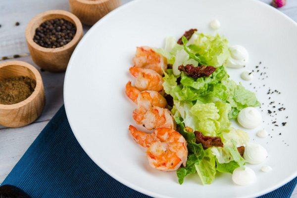 Микс салат с жаренными тигровыми креветками в кунжутном соусе
