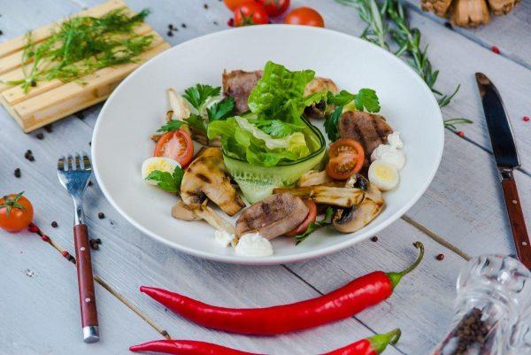 Салат с грибным миксом, телячьим языком, зеленым салатом