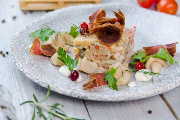 Салат с мясом кабана и солеными груздями