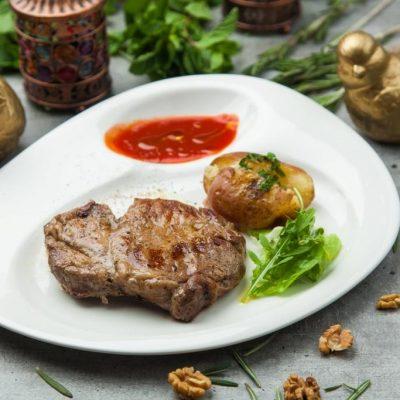 Стейк из свинины с печенным картофелем