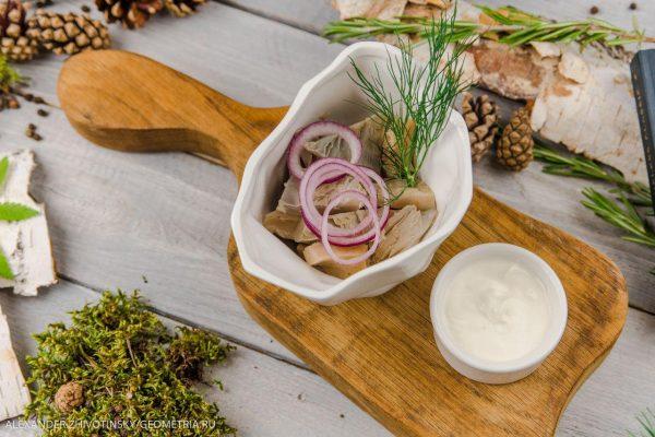 Груздь соленый со сметаной и маринованным луком