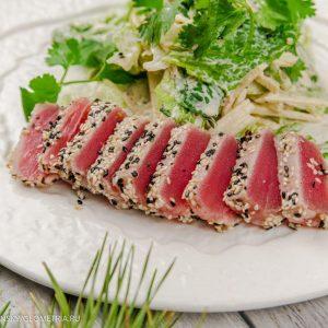 Микс салат с тунцом в кунжуте, томатами черри и рукколой