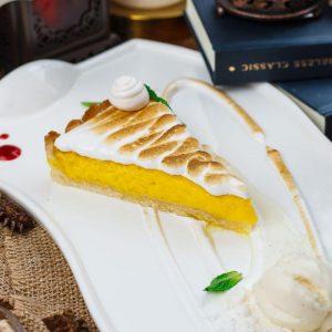 Пирог лимонный с меренгой и малиновым соусом