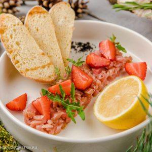 Тартар из тунца с клубникой и гренками
