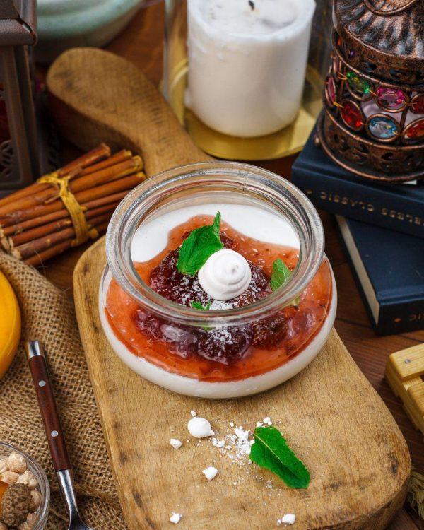 Бланманже кокосовое с клубничным соусом