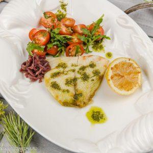 Филе нельмы жареное или на пару с песто из черемши и салатом из черри и рукколы