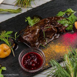 Филе оленя в соусе демиглас с мочеными яблоками и брусникой