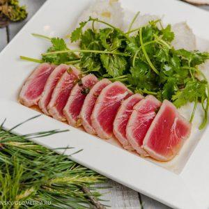 Филе тунца с соусом, кинзой и имбирным рисом