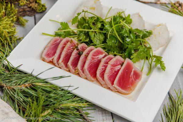 Филе тунца с имбирным рисом и соусом понзу с кинзой