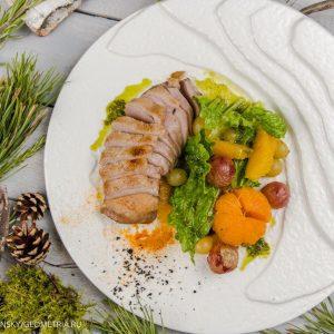 Филе утки в апельсиновом маринаде с подвяленым романо с моченой клюквой