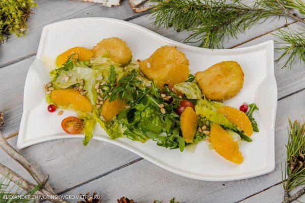 Фреш салат с жареным сыром