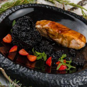 Глазированная форель (лосось) с рисом неро