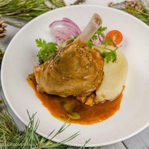Голень ягненка, томленая в травах и соусе из красного вина с картофельным пюре