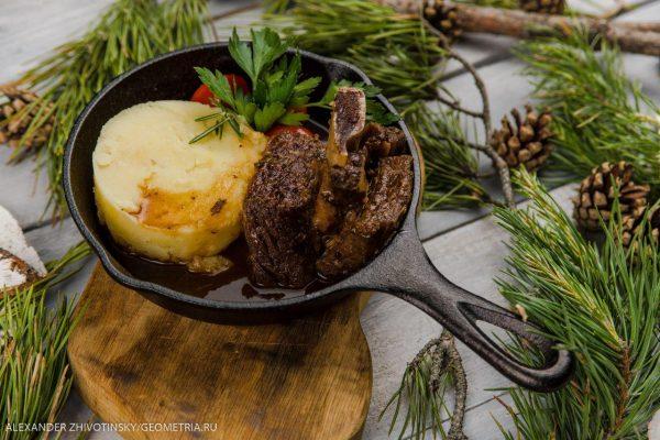 Говяжьи ребра с картофельным пюре и томатами черри