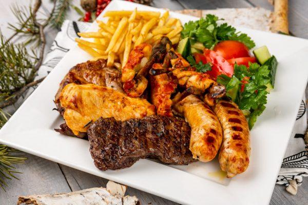 Гранд мясной с двумя соусами и хлебной корзинкой