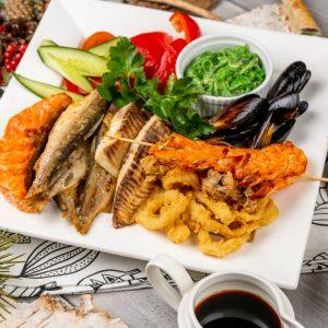 Гранд Морской с соевым соусом, коктейльными соусом и хлебной корзинкой