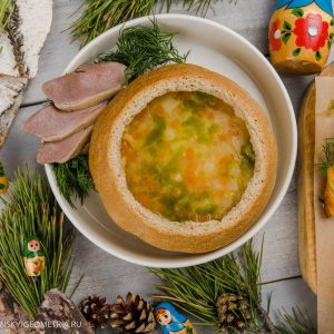 Густой гороховый суп с уткой в ржаной булке