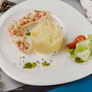 Фаланга краба с картофельным пюре