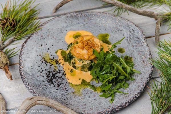Морской гребешок со шпинатом и соусом биск