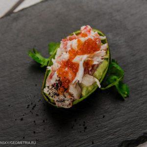 Мусс из авокадо с крабом и красной икрой