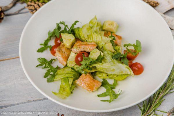 Салат с лососем, авокадо, рукколой и цитрусовым соусом