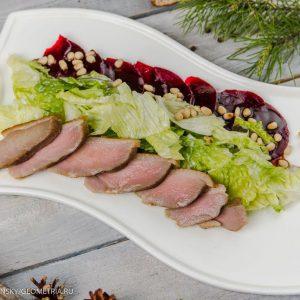 Салат с подкопченой уткой, маринованной свеклой и малиновым соусом