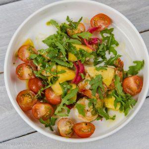 Салат с тигровыми креветками, рукколой и манго