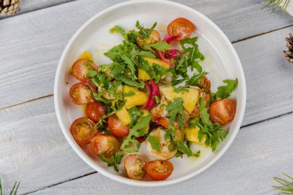 Салат с креветками, томатами черри, рукколой и манго