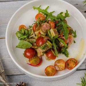 Салат с тунцом и сладкими томатами черри