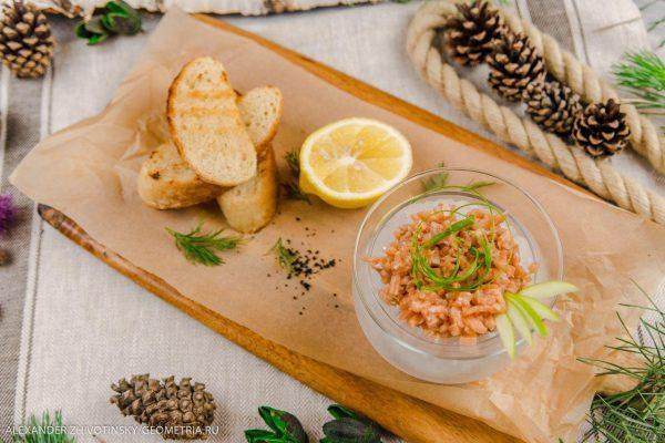 Тартар из форели (лосося) с хрустящими гренками