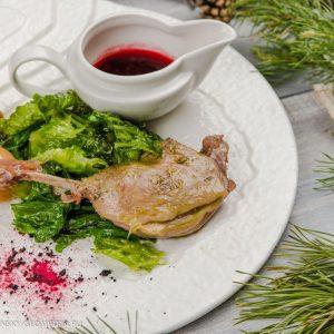 Утиная ножка с хрустящим салатом и виноградом