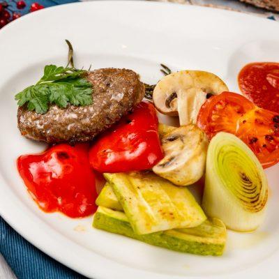 Бифштекс из оленины с овощами гриль