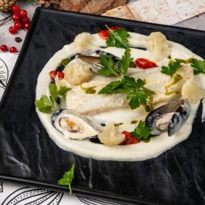 Филе палтуса с пюре из цветной капусты  сливочным соусом из моллюсков