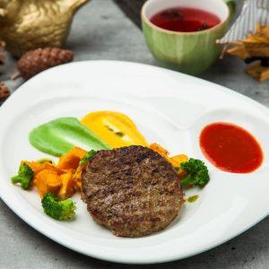 Бифштекс из говядины с печеной тыквой и брокколи