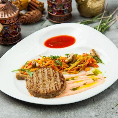 Бифштекс из кабана с овощным жульеном