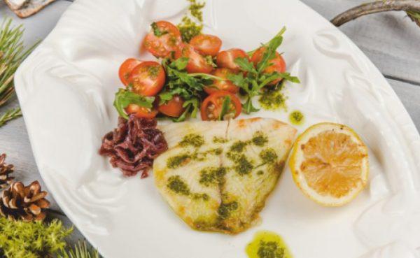 Филе муксуна жареное или на пару с салатом из черри и рукколы