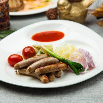 Колбаски из мраморной говядины гриль с солениями
