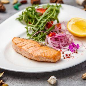Стейк лосося гриль/на пару со свежим салатом
