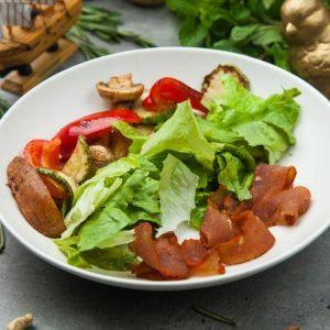 Микс салат с вяленой говядиной и овощами гриль