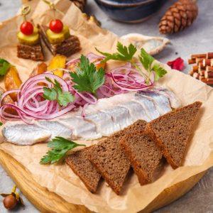 Сельдь слабой соли с печеным картофелем и маринованным луком