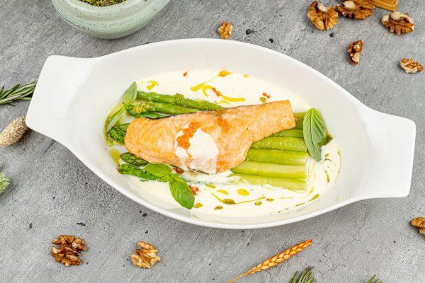 Филе лосося со спаржей и соуса морне