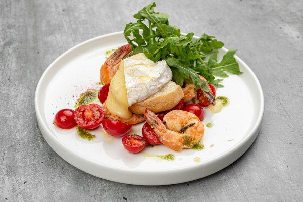 Салат с креветками гриль и каммамбером