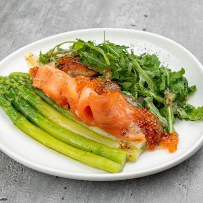 Салат с лососем из спаржей