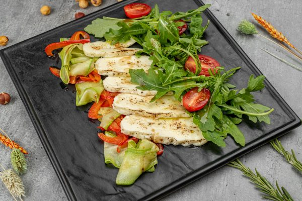 Горячий салат с халуми гриль