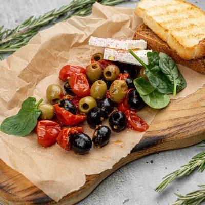 Закуска из маслин и вяленных томатов с сыром