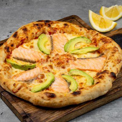 Пицца с лососем и авокадо